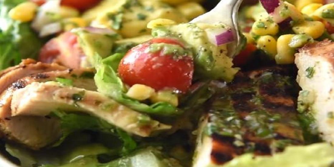 Salade repas croustillante avec poulet à la mexicaine