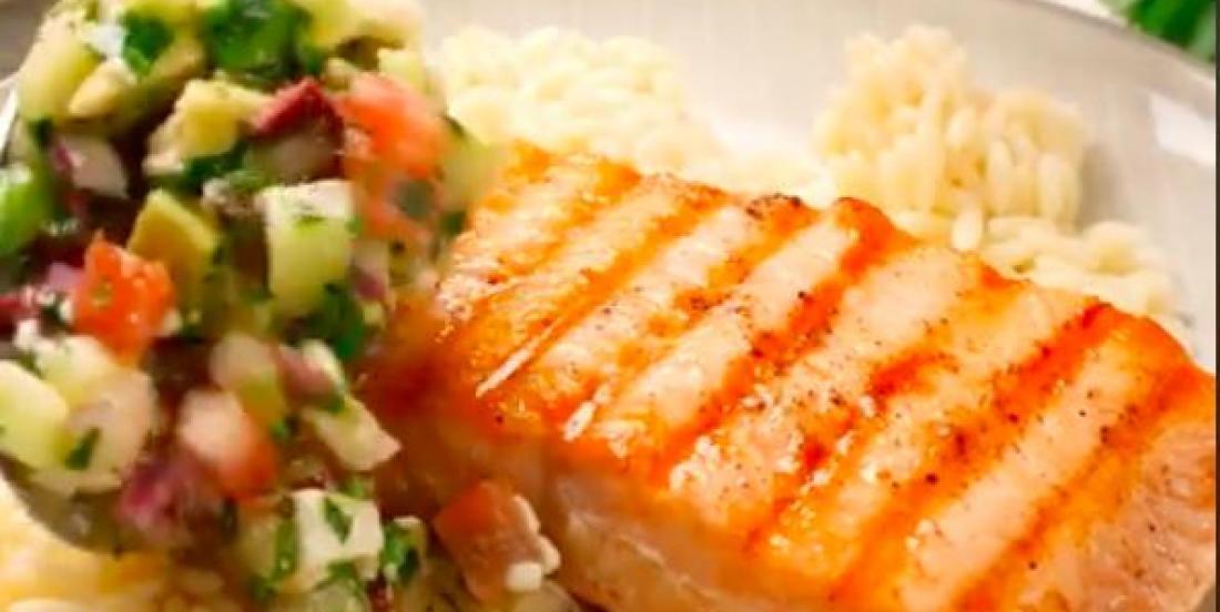 Saumon grillé accompagné de salsa grecque