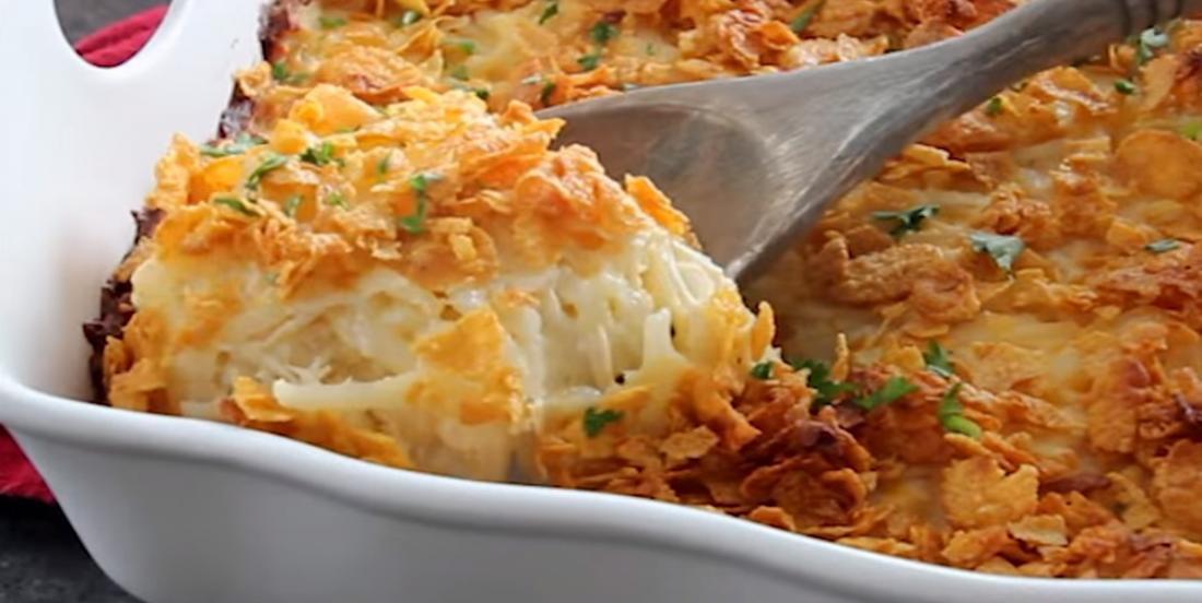 Elle combine des pommes de terre hachées, de la crème de poulet et des Corn Flakes afin de créer une casserole dont toute la famille raffole