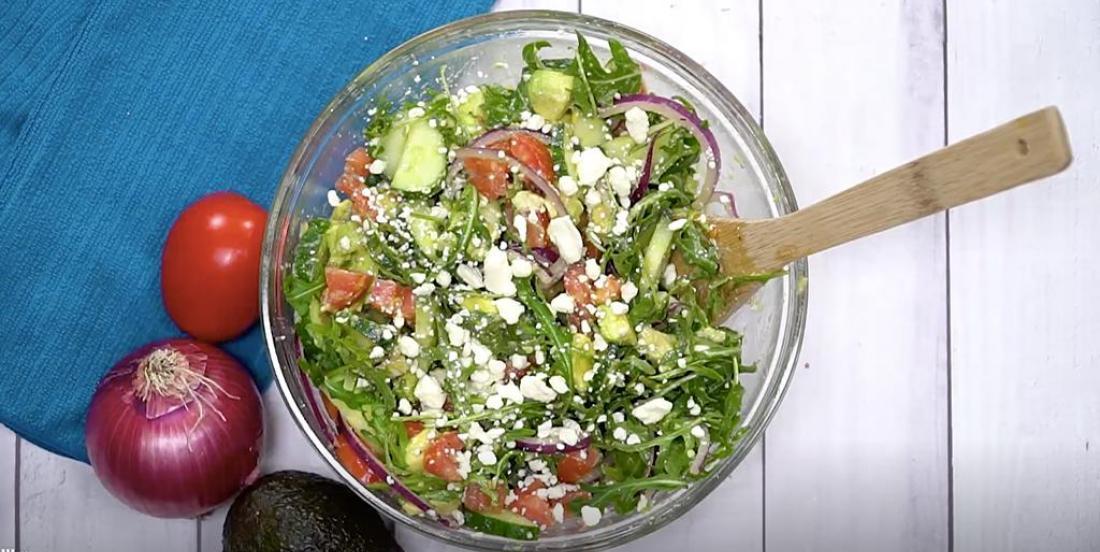Savoureuse salade d'avocat, concombre et feta