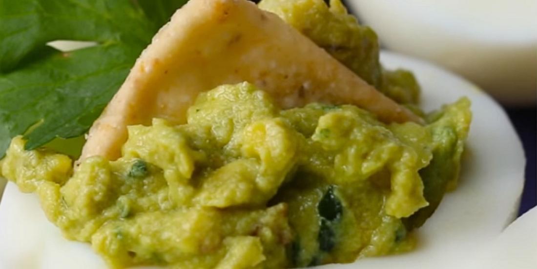 Oeufs farcis avec guacamole onctueuse