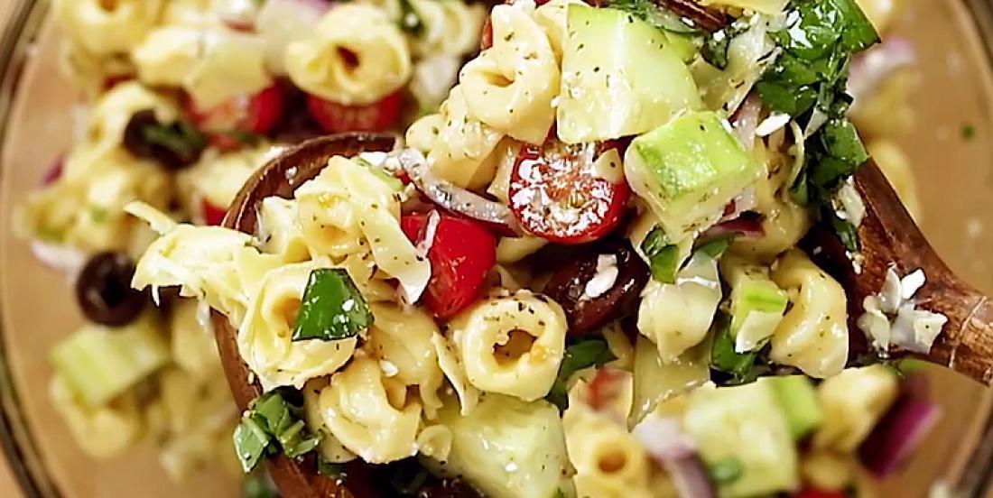 Savoureuse salade de tortellinis et de légumes à la grecque