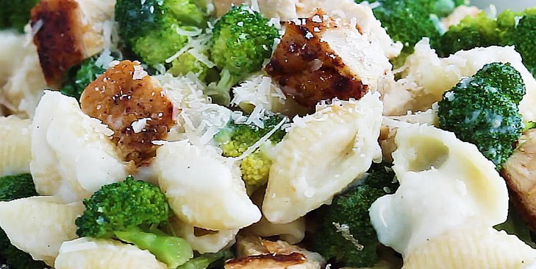 Pâtes au poulet et au brocoli avec délicieuse sauce Alfredo
