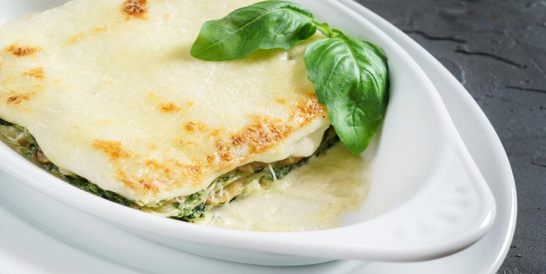 Succulente lasagne à la sauce Alfredo, au poulet et aux épinards