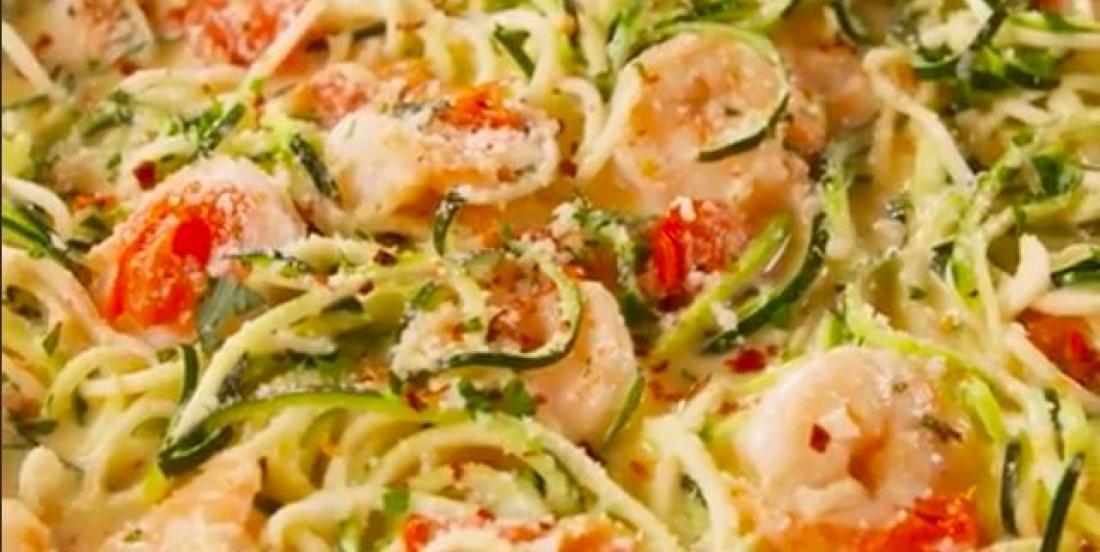 Pâtes de zucchinis aux crevettes et à l'ail faibles en glucides