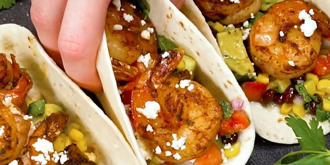 Tacos maison aux crevettes cajun et salsa à l'avocat