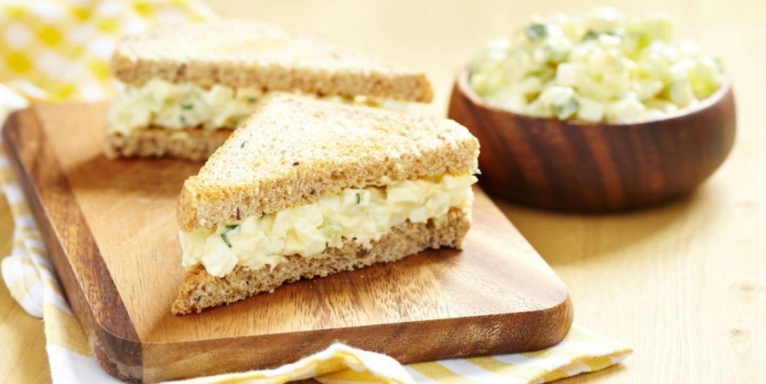 Un sandwich classique à la salade aux œufs, la clé...  c'est cet ajout qui vient améliorer grandement le résultat!