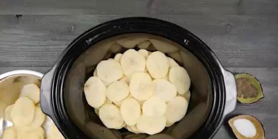 Placez des pommes de terre et du fromage dans une mijoteuse. 3 heures plus tard, vous voilà avec un délicieux gratin!