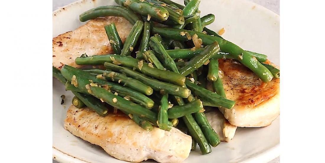 Poitrine de poulet en sauce au vin blanc avec haricots verts