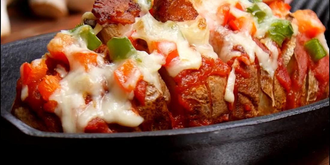 Pommes de terre au four avec une savoureuse garniture à pizza
