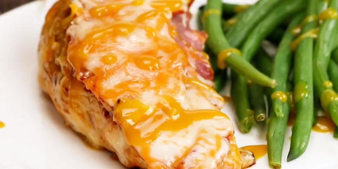 Poulet au fromage et au bacon nappé de sauce à la moutarde au miel