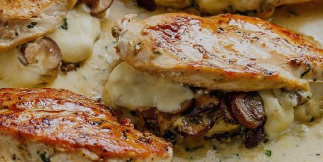 Poulet farci aux champignons accompagné d'une sauce crémeuse à l'ail et au parmesan