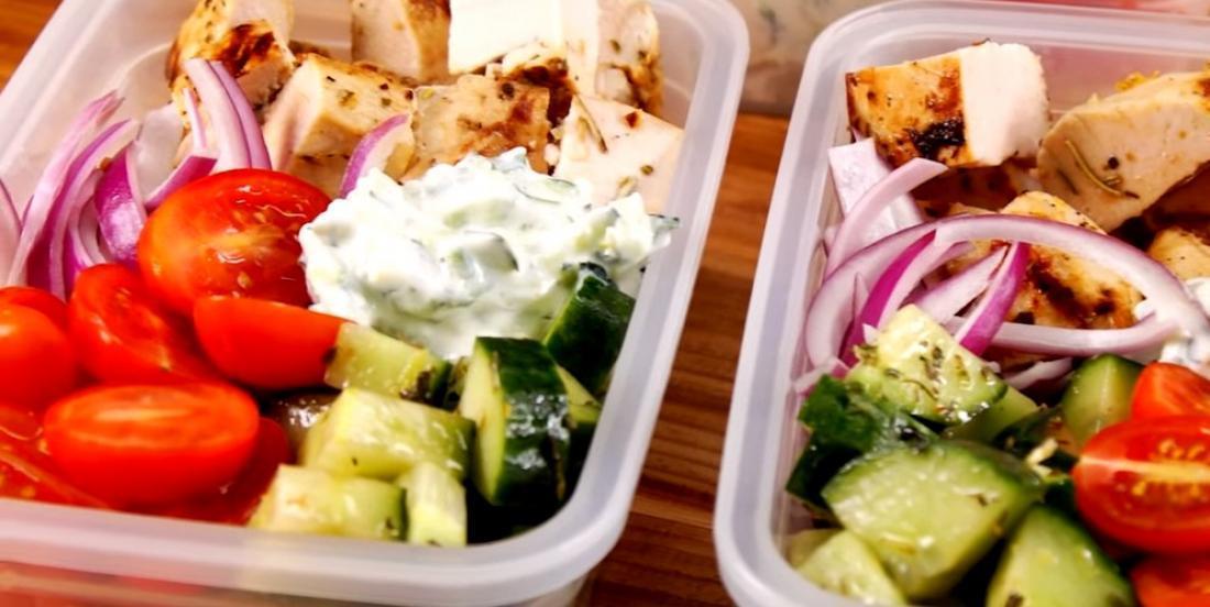 Poulet grillé, salade grecque et tzatziki pour emporter!