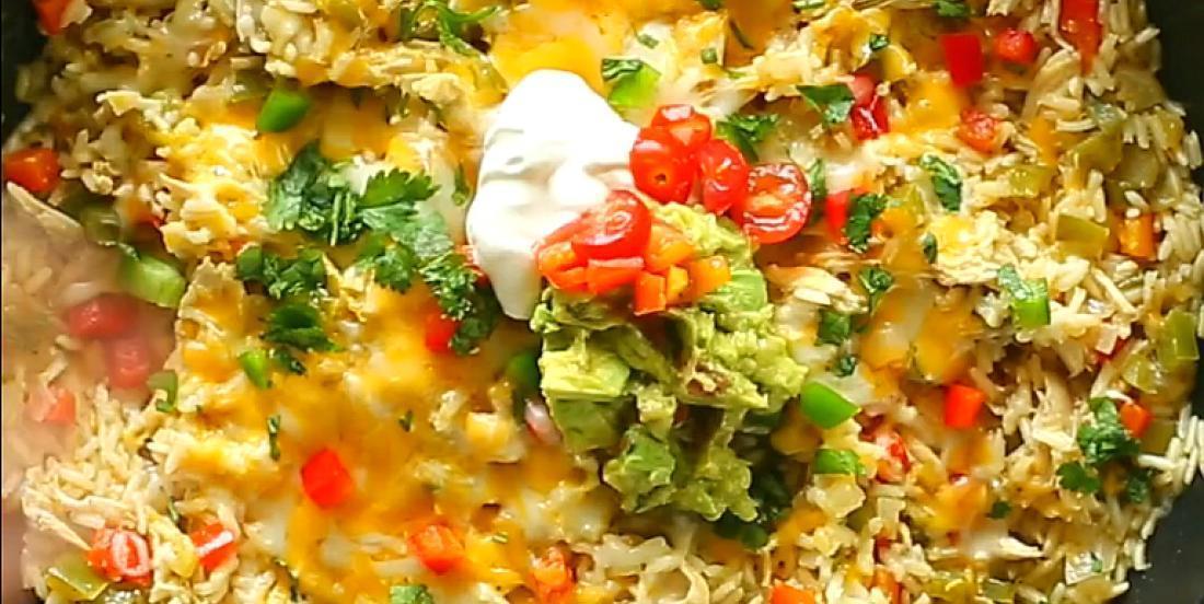 Succulent riz poêlé au poulet apprêté à la mexicaine