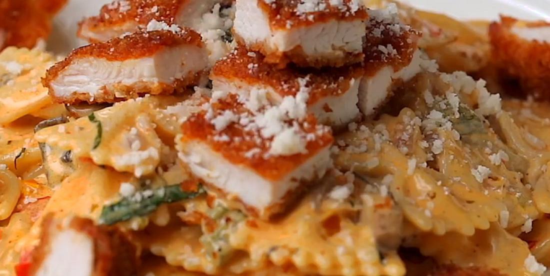 Poulet parmesan accompagné de pâtes épicées à la sauce Cajun