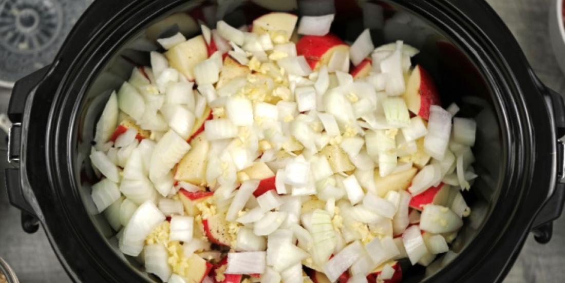 Dans votre mijoteuse, combinez des oignons, des patates et du boeuf haché pour un repas prêt à votre retour du boulot