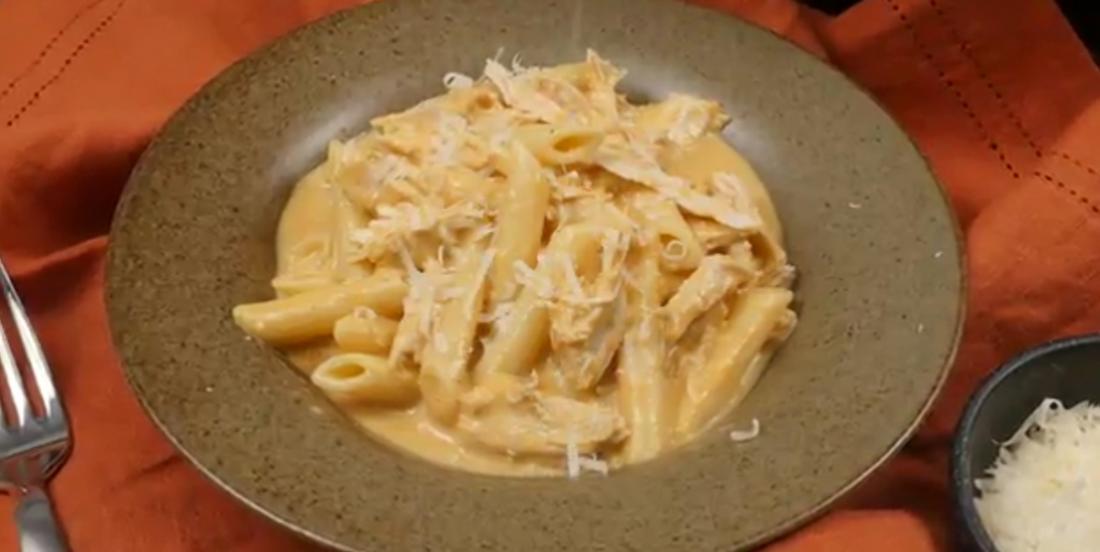 Dans votre mijoteuse, déposez des pennes et des morceaux de poulet afin de créer un repas décadent que votre famille va adorer