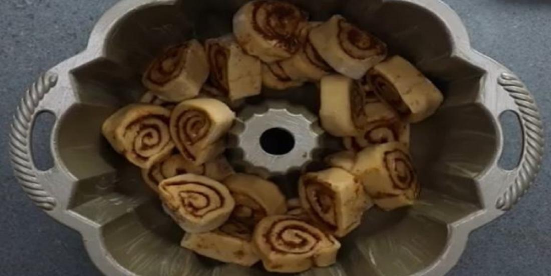 Elle met des brioches dans le fond d'un moule et elle crée un dessert irrésistible