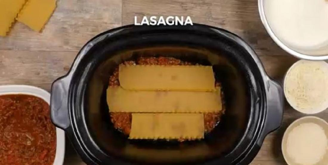 Elle place des lasagnes dans sa mijoteuse avant d'ajouter sa garniture mystère