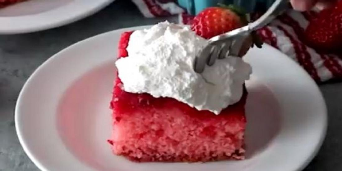 Gâteau troué aux fraises