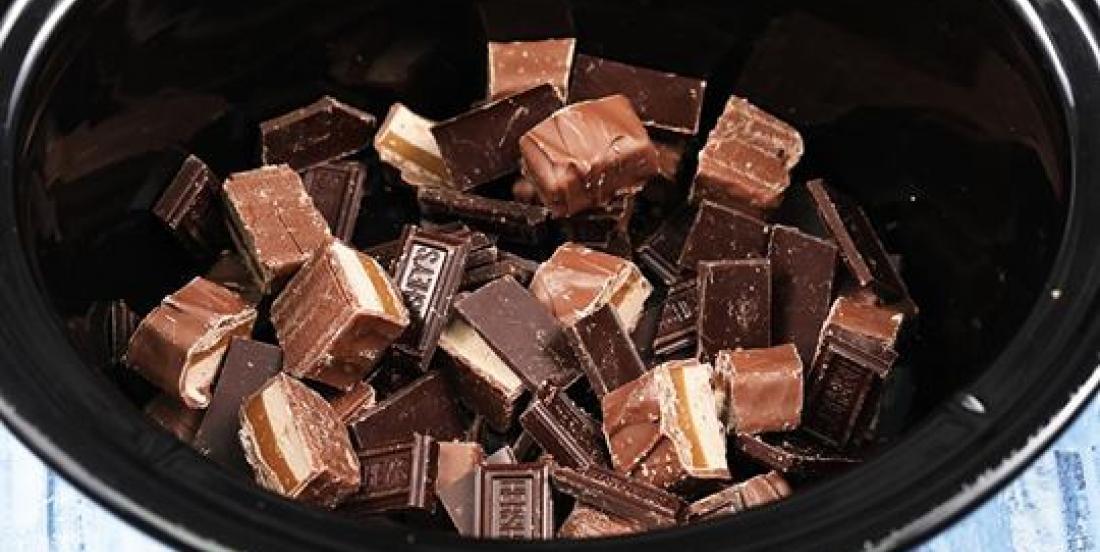 Placez des barres de chocolat dans votre mijoteuse afin d'obtenir un succulent dessert