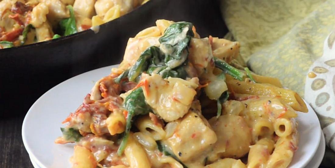 Cuisinez ces pâtes au poulet à la florentine dans une seule casserole