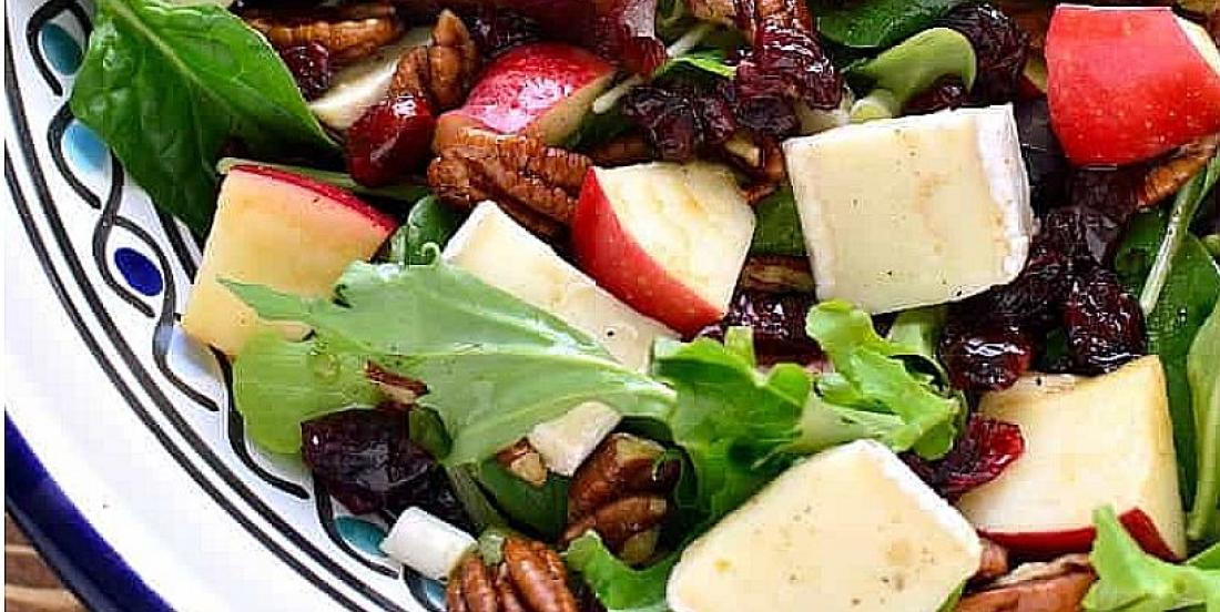Exquise salade d'hiver aux pommes et au brie