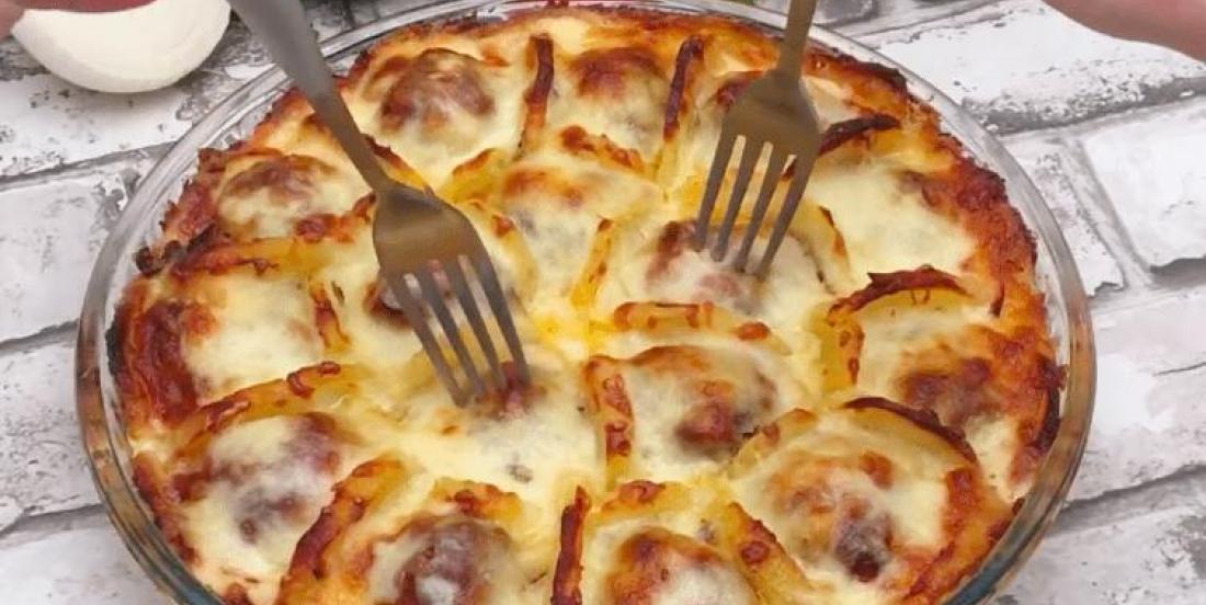 Dans un plat, elle dispose des tranches de pommes de terre bouillies, des boulettes de viande et du fromage afin de créer un délicieux plat français