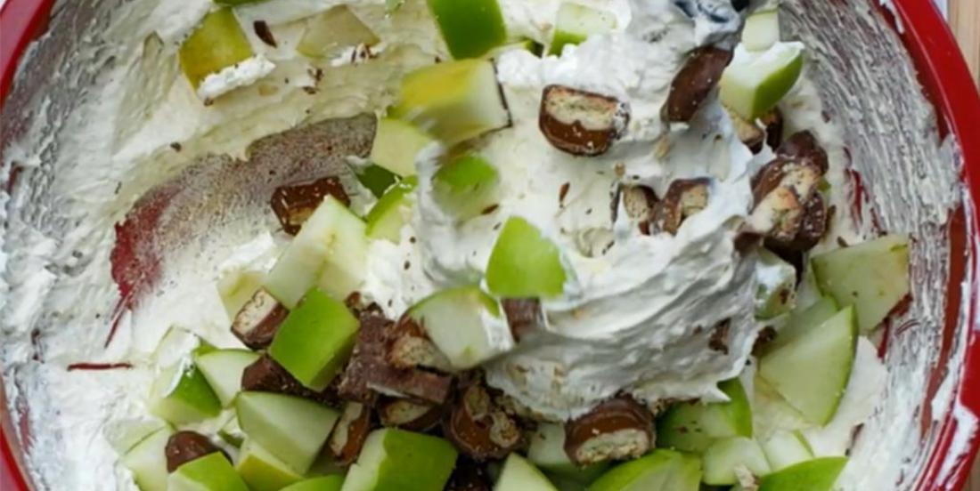 Salade aux pommes, à la Twix et au caramel nappée de crème fouettée