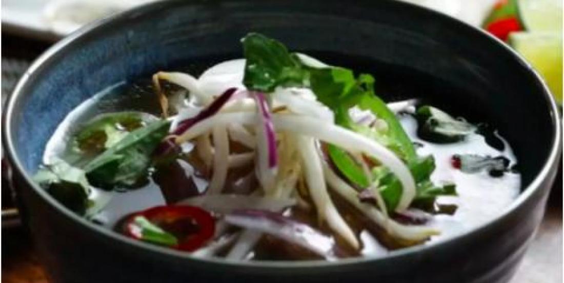 Soupe Pho vietnamienne traditionnelle au boeuf