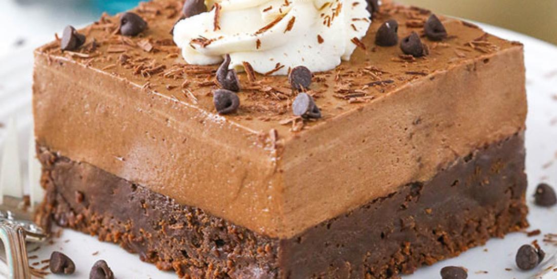 Goûtez à ce brownie surmonté d'une mousse au chocolat et au Baileys, un péché mignon!