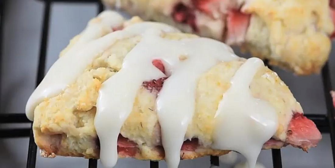 Scones feuilletés aux fraises nappés de glaçage à la vanille