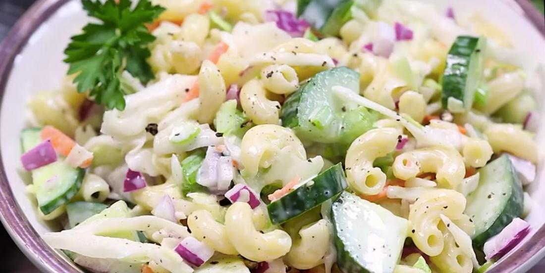 Salade de macaroni et salade de chou combinées