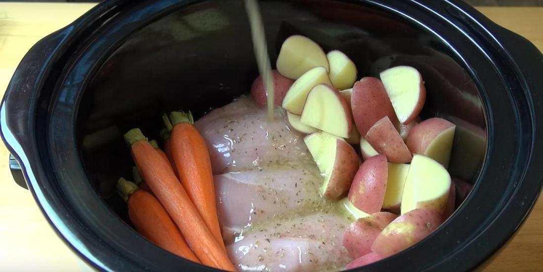 Il ajoute des assaisonnements sur son poulet et ses légumes et c'est ce qui rend ce plat si délicieux
