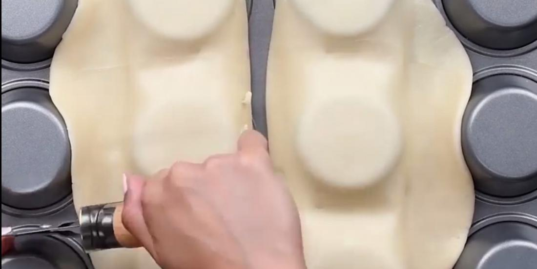 Elle étale sa pâte à tarte sur l'envers d'un moule à muffins et obtient un dessert auquel vous ne pourrez résister