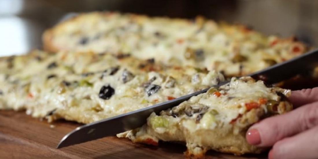 Pain gratiné au fromage fondu et aux olives