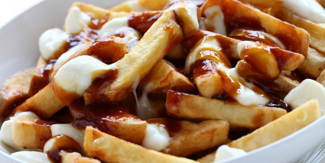 Les Français peuvent maintenant manger de la vraie poutine québécoise!