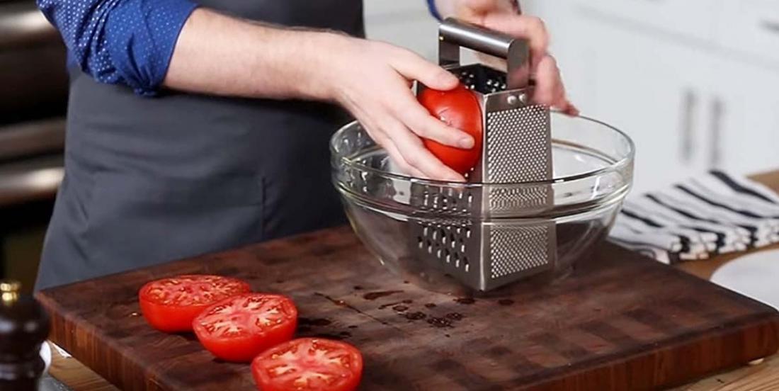Ce chef frotte ses tomates sur une râpe à fromage, le meilleur est à venir!