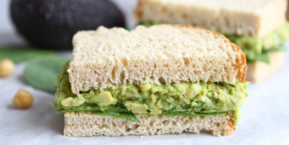 Sandwich à la salade d'avocat et de pois chiches