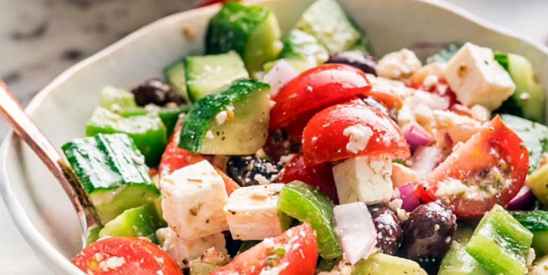 Salade grecque croquante avec vinaigrette ail et vin rouge