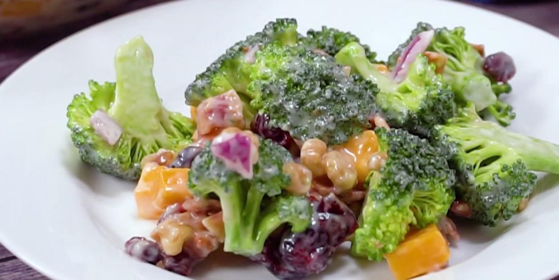Salade de brocoli au bacon croustillant et au cheddar