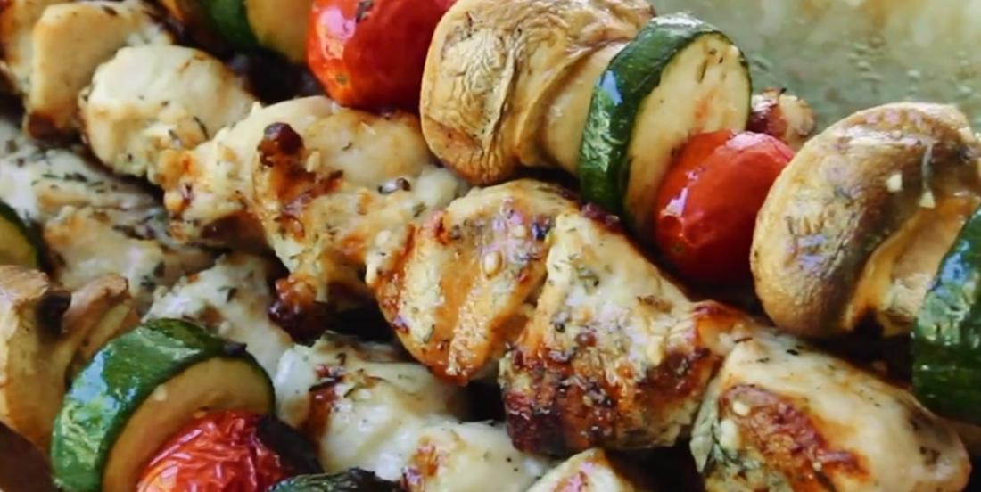 Souvlakis au poulet à la grecque accompagnés de riz au citron