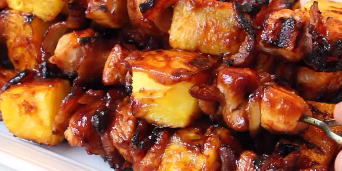 Brochettes au poulet BBQ avec bacon et ananas
