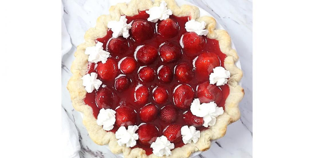 Tarte feuilletée à la garniture fouettée et aux fraises fraîches