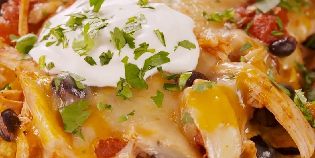 Savoureux nachos gratinés au poulet sur le barbecue
