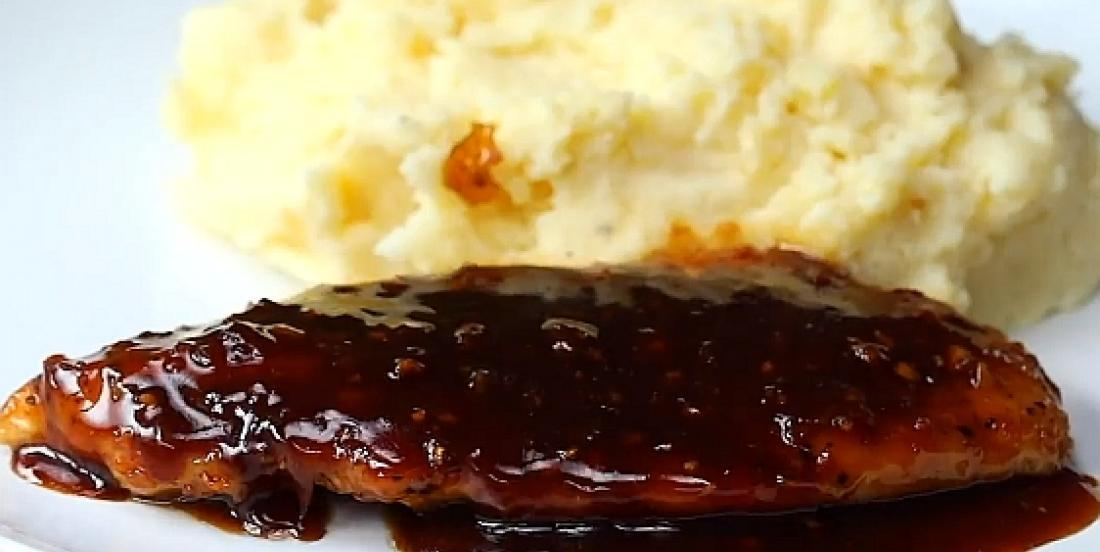 Poitrine de poulet sucrée au miel et à l'ail