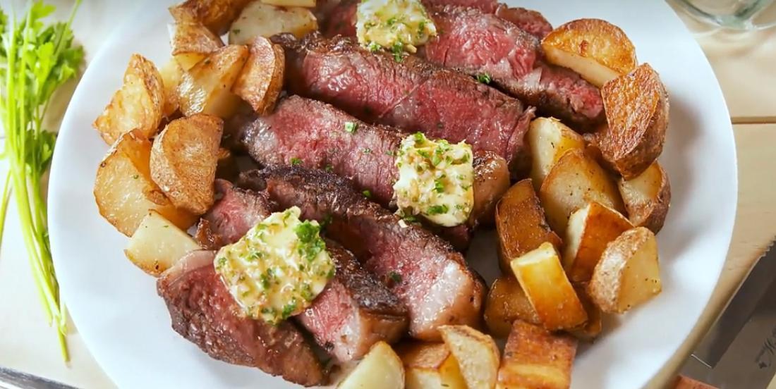 Steak bien tendre au beurre assaisonné et pommes de terre poêlées