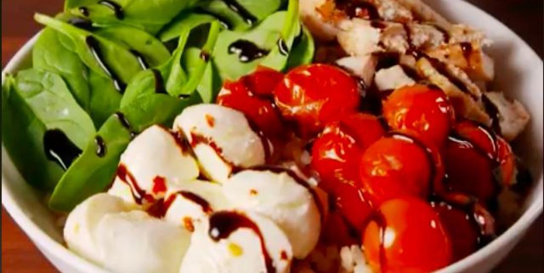 Bol de salade caprese au poulet pour un lunch santé!