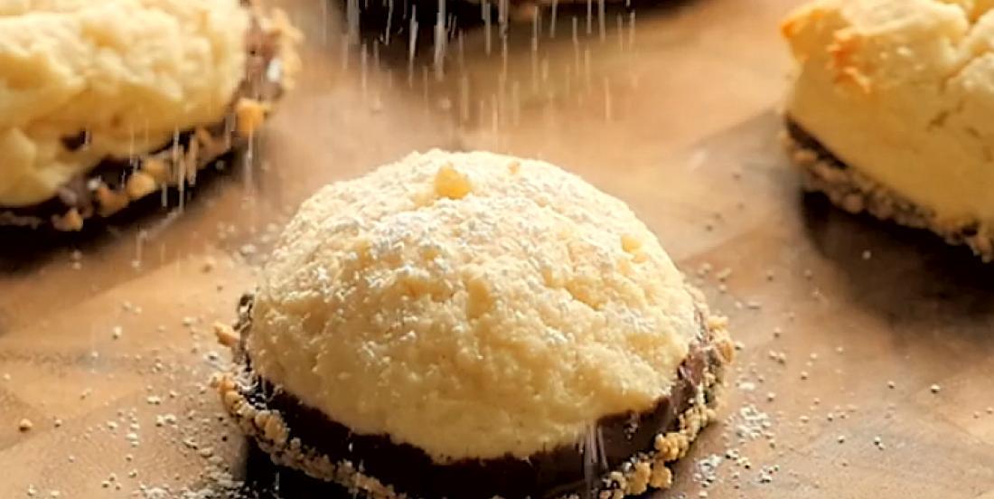 Biscuits-cheesecakes trempés dans le chocolat
