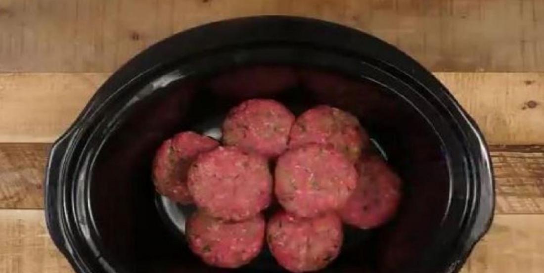 Il dépose des boulettes de viande dans sa mijoteuse et il crée le meilleur steak Salisbury